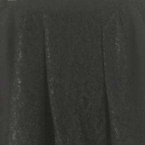 Varetype: bukser Farve: sort /blonde Oprindelig købspris: 1299 kr.  Smart bukser med sorte påsyet blonder super fede og raffineret buks.  Bukserne er baggy og har sidelommer og pynte baglommer samt lynlås i benene. Flotte bukser som der lægges mærke til. Brugt 1 gang og fejler absolut ingenting.  Skal bukserne sendes udenfor DK aftales dette med sælger.   Materiale er:  62% Polyester 32% Viscose 6% Spandex   Mål er Længden 100 cm Livvidde 2 x 41 cm   ¤¤¤ BYTTER IKKE ¤¤¤