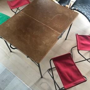 Skønt gl camping bord med 4 stole , den ene dog grøn . Gammelt og velholdt pakkes som kuffert (se de andre billeder også)                               Mp 800kr  Randers nv ofte Århus Ålborg Odense København mm  Til salg på flere sider