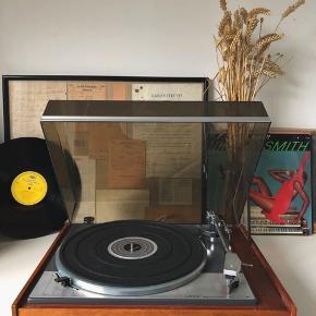 Lenco L75, pladeafspiller i urimelig god stand, MED original Pick-up og stik.  En afspiller til dig som går op i din lyd og vinyler. Et Schweizisk mesterværk.