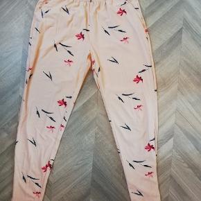 Fineste bukser i tyndt, blødt stof. Så behagelige! Rosa med multifarvet mønster. Elastik i livet og lommer foran. Brugt ganske få gange. Tager ikke billede af tøjet på 🌺