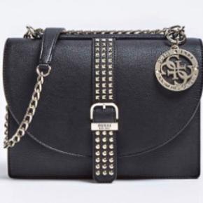 Jeg sælger denne super smukke taske fra Guess.   Modellen hedder Eileen bag with studs.  Den er brugt den maks 5 gange og har ingen forbrugstegn. Den er lidt over 1/2 år gammel.  Nypris var 135€, svarede til 1.031 DKK Prisforslag: 750 DKK  Kom gerne med et bud eller spørg for flere informationer😊