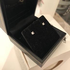 Fin lille diamant ørestik i fin kvalitet. 14 karat Hvidguld og med 0,10 karat diamant. Der er tale om at hver diamant er 0,10 karat så 0,20 karat i alt. Nyprisen var 3700 og de er købt i 2019.