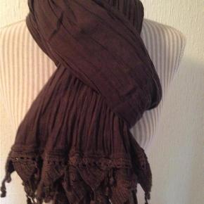 Varetype: Stort tørklæde Størrelse: 108 x 182 cm Farve: Blomme  Blødt bomuld med hæklet kant i enderne