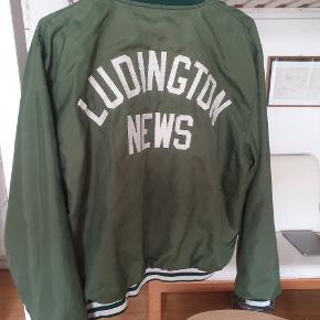 College bomber jakke, det er en gammel sag så den er slidt, men er stadig brugbar og super fed