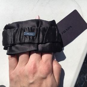 Fedt armbånd fra Prada. Købt i Birger Christensen. Ny pris 950,-  Sælges til en god pris 😊☀️