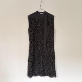 Grå kjole med fine blonder og bindebånd ved halsen i str. 34  Har aldrig været brugt, kun prøvet på et par gange