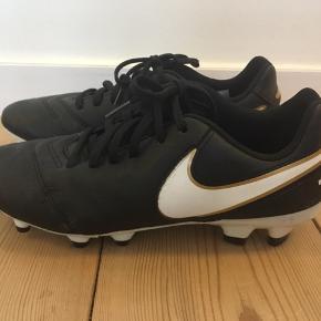 Nike fodbold støvler str. 38,5. Er brugt begrænset. Benskinner str. L 50 kr. Med velcro