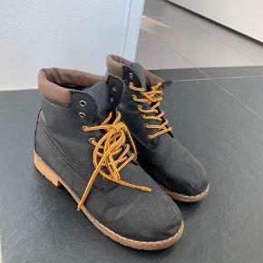 Kvalitets støvler sælges i str 39. De renses inden afsending til køber.