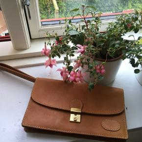 Kernelæder clutch i super god stand!! Måler 24,5*15 :)
