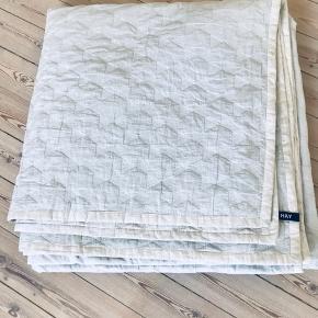Hay polygon sengetæppe sælges pga. flytning. Fin klassisk sengetæppe.  Farve: Beige/grå Model: Polygon Str: 260x260 cm - passer til dobbeltseng   Kan afhentes på 2000 Frederiksberg  Ny pris: 1399 Giv gerne et bud