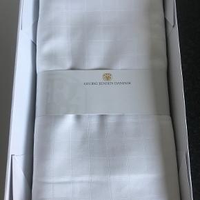 2 sæt Georg Jensen Damask 140 x 220 cm sengetøj / sengelinned Cubicle Hvid. Helt nyt i æske. Pudebetræk måler 60 x 63 cm. Dynebetræk måler 140 x 220 cm. Nypris er 2200 kr.