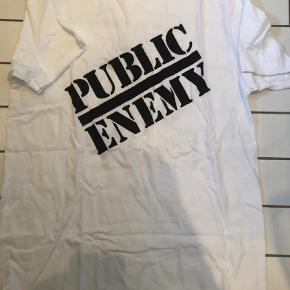 Varetype: T-shirt Farve: Hvid Kvittering haves.  Aldrig brugt, kom med et bud  Plakat, pose og 2 klistermærker følger med Køber betaler fragt og evt ts gebyr