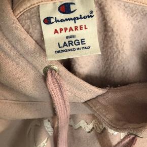 Champion Hættetrøje Brugt, men i okay stand. Det er meningen logoet skal være slidt. Der er en plet på trøjen, som ikke kan komme af, men ikke noget man ligger mærke til.  Str L, men passer en str Xs-S  Er åben for bud.