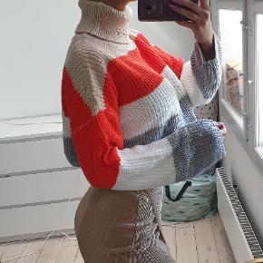 Crop top sweater med høj hals str small jeg er 171cm høj den er brugt et par gange, fremstår flot  jeg er 171cm høj den sælges for 250kr den sælges for 288kr inkl fragt med DAO