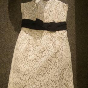 Selvsiddende kjole i flot stof