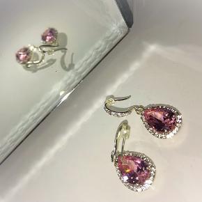 Smukke lyserøde øreringe med sten.   130 kr inklusiv Porto.