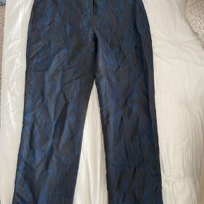 Meget seje mørkeblå bukser fra stories med et flot mønster🌸
