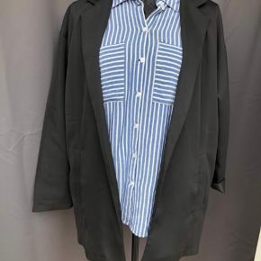 Oversize blazer med lommer. Fejler intet. Skjorten sælges også. Se mine annoncer.☺️