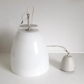 Pendel, IKEA PS serie fra 1995  Skøn loft Glas pendel fra IKEA PS serien fra 1995 Lampen er i Hvid glas med gråmalet metal - Ophæng i wire og gråmalet metal kop. Dia. 28 cm Højde Glas pendel 28 cm Højde incl. grå malet metal plade 31 cm. Lampen fremstår som ny.