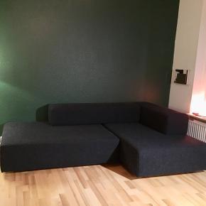 BILLIG ! Perfekt 1. gangs sofa eller sofa til teenageafd., eller legerum. 2 Moduler 90x130  Fungerer også fint som sovesofa. Sofa tegnet af Arkitektstuderende. Meget unik og ekstrem fleksibel. Består af de 4 dele på foto. 2 rektangulære moduler og 2 arm/ryglæn. Kan sættes sammen efter temperament. Se fx billede 2. Kan også være helt lang. 4 år gammel. Rigtig god kvalitet. Har mange år endnu. Chaiselong