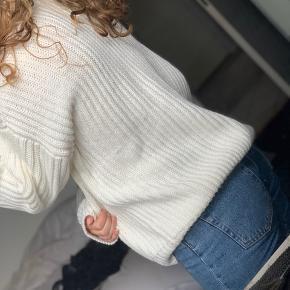 Fin hvid sweater fra Na-kd sælges. Det er en størrelse small, men meget oversize, så den kan bruges af mange størrelser! Den har nogle tråde der er løse bag på, som ses på andet billede. ☺️