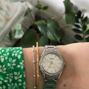 Sælger dette smukke ur, da jeg fik et andet kort tid efter som jeg nu bruger i dag ⏱ Uret er i ægte sølv og med sten rundt om viseren - uret hat ingen skrammer eller tegn på brug, udover badariet, som skal skiftes. - Prisen er 150kr   (Desto flere items eller andet du køber i min shop, desto mere mængede rabat vil du få 😊)