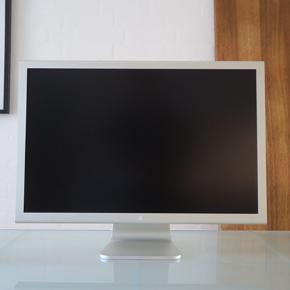 Apple Cinema Display 30, computerskærm til mac. Strømforsyning og DVI til display medfølger. Gummiet omkring kablerne er lidt mørt, men alt fungerer. Lidt kosmetiske ridser oven på skærmen.