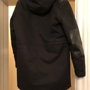 Sælger denne kvalitets vinterjakke fra det kendte mærke Elvine. Købte jakken i vinteren 2018, men fik en ny i vintersæsonen 2019. Den fremstår næsten som ny uden nogen skræmmer eller huller. Foret er også flot sort endnu.  Alt i alt en virkelig god jakke til en billig pris!