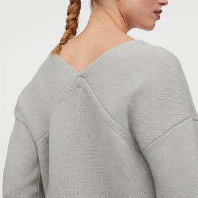 Fin strik fra H&M Premium Quality i lysegul (de grå billeder er for at vise den på). 100% Uld. Brugt 1 gang - der er ingen brugsspor. Super fin, men får den ikke brugt :(