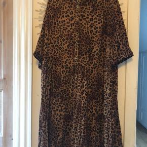 Fin leopardkjole fra Gestuz. I pæn stand. Køber betaler fragt