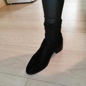 """Sød lille støvle i ruskinds look. Der følger en """"sok"""" med, som man kan tage på, så støvlerne bliver overknee. Str 38. Købt for 400 kr. Sælges til 150 plus porto"""