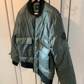 Fed jakke, shiny i stoffet