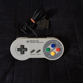 Super famicom ( japanske super Nintendo)  joystick sælges..    Brugt, men i fin stand..     SE OGSÅ ALLE MINE ANDRE ANNONCER.. :D