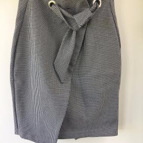 Ternet nederdel med bindebånd i taljen og lynlås bagpå. Sælges da jeg ikke bruger den