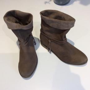 Lækre ubrugte super bløde ruskindsstøvler. Med god sål. Nypris 1850,-