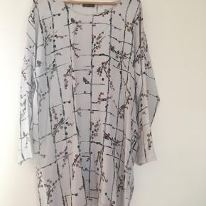 Skøn Carla dress fra Stine Goya i str M/L. Materialet er 91% silke og 9% spandex. Så smuk og virkelig behagelig at have på. Brugt 1 gang Bud er velkomme