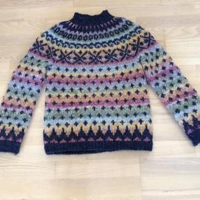 Hjemmestrikket sweater, strikket i dobbelt pladegarn 100% uld. Virkelig lækker. Kun brugt 2-3 gange. Du er også velkommen til at komme med et bud.