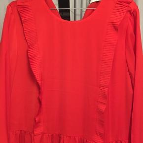 Rigtig fin og lang rød kjole med smukke detaljer. Den er brugt til et enkelt bryllup, så ingen tegn på slid. Lukkes med knap omme i nakken.