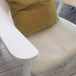 Hvid lænestol betrukket med hvidt læder. Ukendt design.