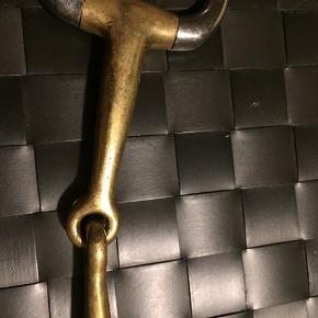 """Stübben 2 delt egg butt bid str. 12,5 cm   Stübben Egg Butt bid i Sweet Copper, 2- delt, er et muffe bid som er blødt i hestens mund. Biddet har små ringe, hvilket gør at det både kan bruges som bridon bid, men er også velegnet til ponyer, så sidestykket ikke er så stort i forhold til hestens hoved. Sweet Copper giver en bedre accept af bidet, da Sweet Copper er en særlig kobber blanding som har en lidt sødlig smag. Dette aktivere spytproduktionen og opmuntre hesten til positiv respons på rytterens hjælper  Åben for bud  Biddet har """"bidemærker"""" altså viser tydelige tegn på brug, men ingen skarpe kanter eller ligende, kun kosmetisk. Brugt i 4 måneder."""