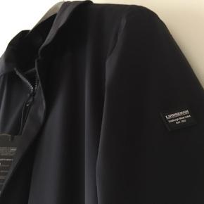 Meget billigt, lækker, klassisk sort i str. M  Lindbergh flot tidløs jakke/ frakke i moderne pasform er let, vand og vindafvisende, har 2 håndlommer med lynlås i siden og 2 lynlåslommer indvendigt . Ny, aldrig brugt Lindbergh jakke  Hvis du er interreseret i den Lindbergh jakke/ frakke, str. M sender jeg gerne nøjagtige mål og flere fotos.  Sælges pga., at den er for lille til min mand, tages ikke retur, pris plus fragt .  Kom eventuelt med en realistisk byd😊 Hi-tec sneakers i størrelse 42 følger ikke med men kan tilkøbes. Mængderabat gives, se også mine sko, tasker og tøjtilbud 😊