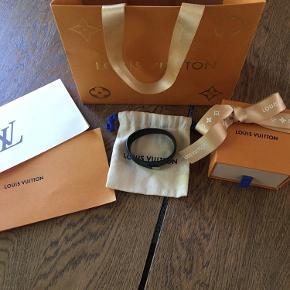 Flot Louis Vuitton armbånd. Ved køb medfølger boks, pose og kvittering. I armbåndet står der størrelse 19.