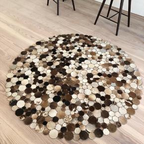 Gulvtæppe fra BoConcept 150 cm i diameteren. Stand er pæn, dog skal det limes er par steder, dog ikke noget man kan se når det er gjort og ingen sag at gøre. Nypris 3600kr. De to sidste billeder er af samme tæppe dog i gråt.