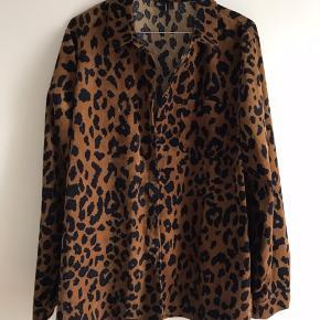 Oversize skjorte i leopard print. Str. er egentlig XL men svarer til en L. Er købt lidt større for et oversize look. Kun brugt få gange.