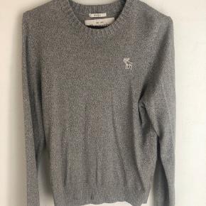 Dejlig oversized sweater fra Abercrombie & Fitch. Lækker i stoffet, og næsten ikke brugt