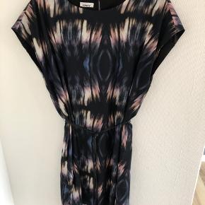 Kjole fra Only med bindebånd i livet. Har en tråd, der er løbet - se billede. Ellers er kjolen i god stand og almindelig i størrelse. 100% polyester.