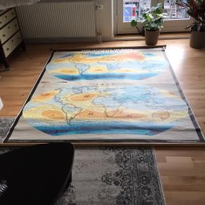 Kæmpe landkort sælges. I rigtig god stand. Sender gerne flere billeder. Mål cirka: bredde 180 x højde 220