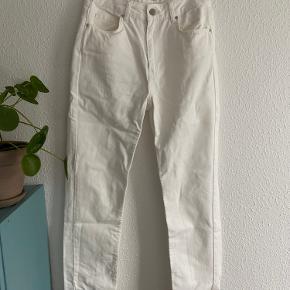 Der er to pletter på det ene bukseben, som man kan se på billede nr. 2 og 3