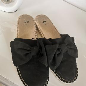 Slippers fra H&M i Str. 40. (er lille i størrelsen) Bruger selv 39 og de passer perfekt :)