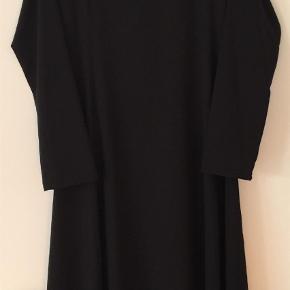 Varetype: Andet Farve: Sort  Meget sød og enkel sort kjole i str M. Går lige under knæene. 100% polyester. Lækkert stof, dee ikke vejer noget.
